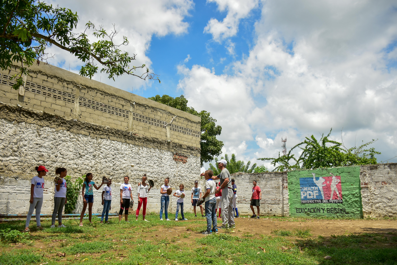 Las niñas entrenando en el patio de la casa de Erika Crissón donde empezó la Fundación.