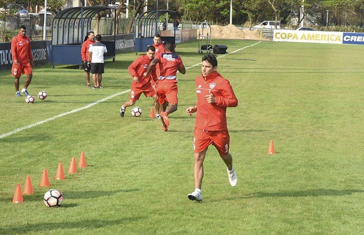 Roberto Ovelar durante el entrenamiento de Junior. El paraguayo está feliz en su tierra.