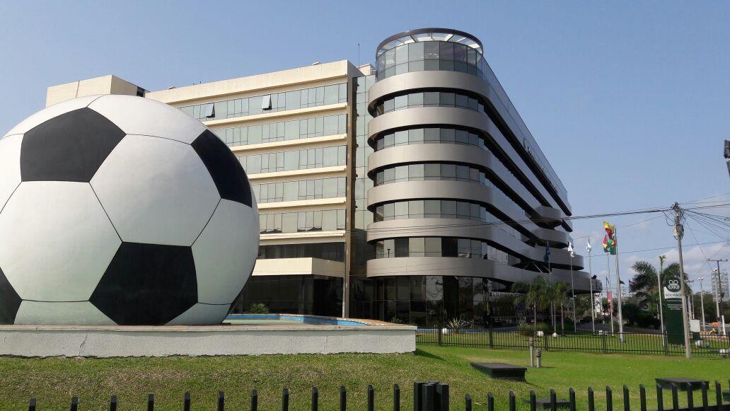La fachada de la sede de la Conmebol en territorio paraguayo.