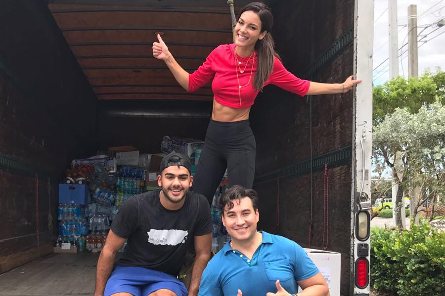 La ex Miss Universo Zuleyka Rivera en la ciudad de Doral, Florida, recibiendo ayudas para sus compatriotas boricuas.