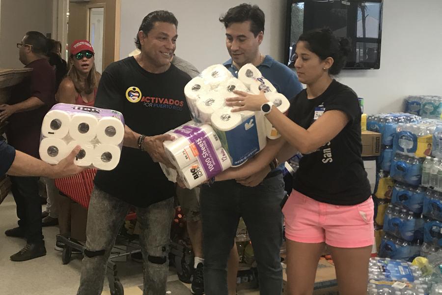 El destacado actor Oswaldo Ríos y el presentador samario Luis Borrego en el centro de acopio instalado en Ana G. Méndez University System, en Miami.