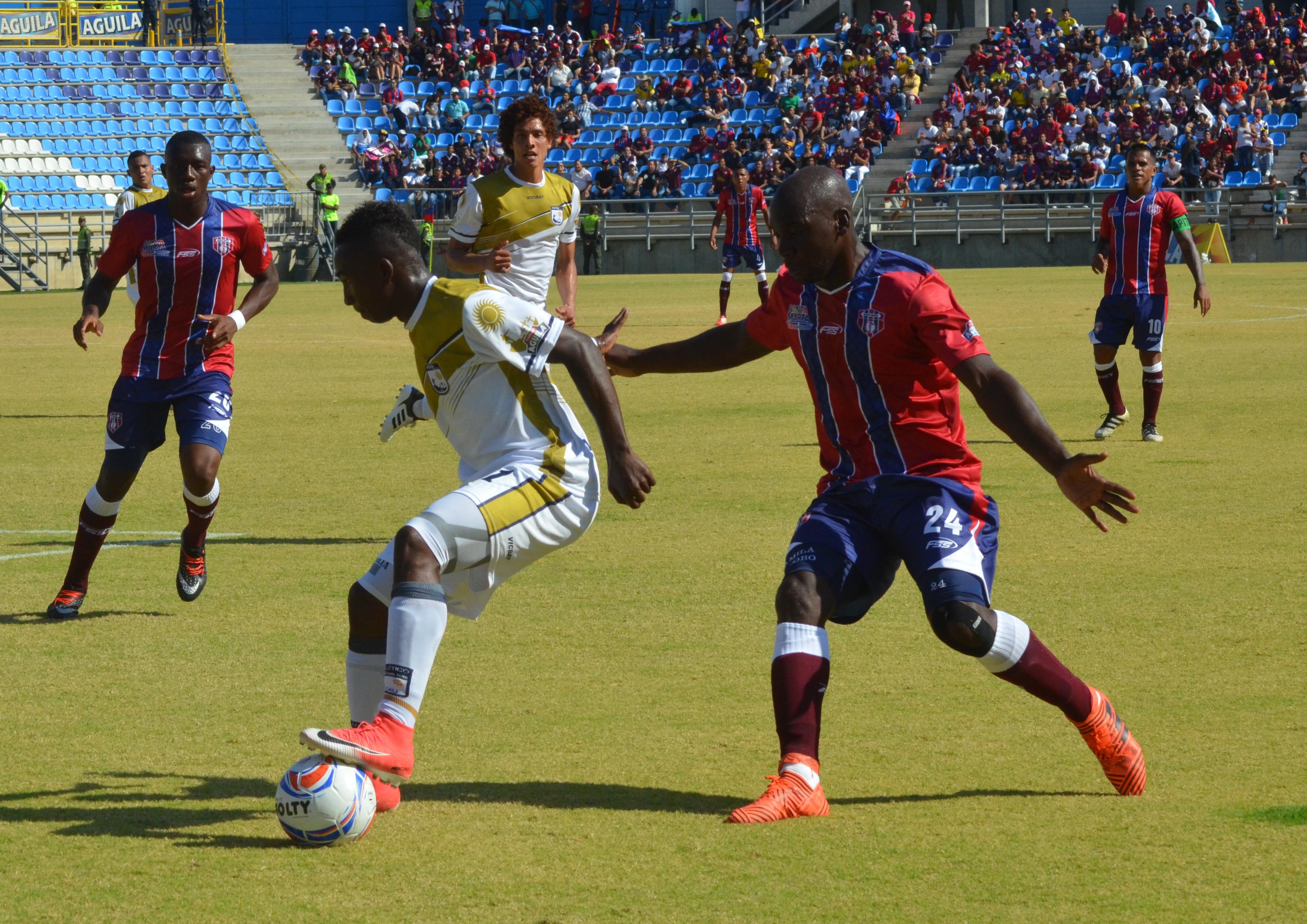Acción de juego en el partido entre Unión Magdalena y Atlético FC.