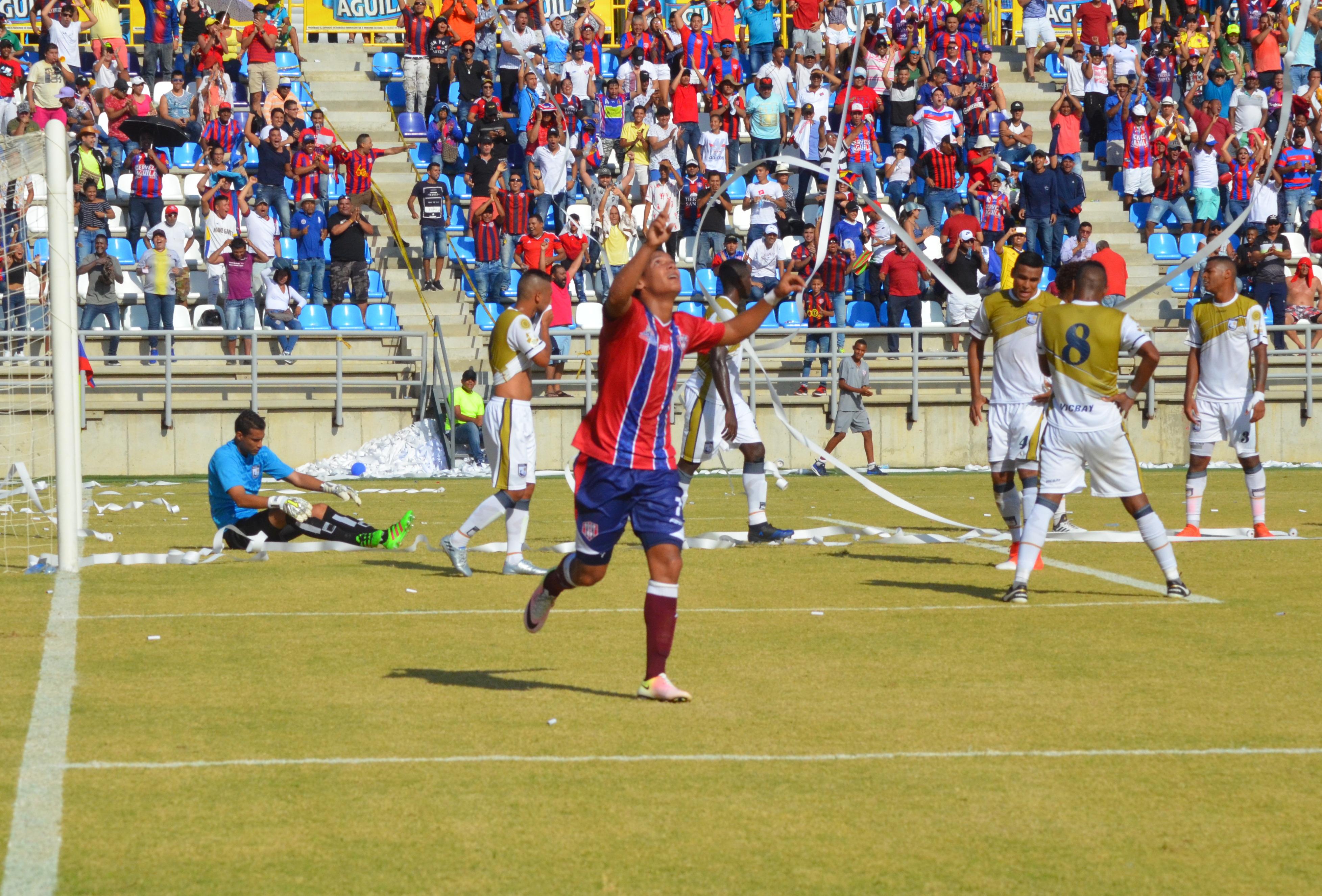 Daiver Vega festeja su gol, el primero del Unión Magdalena.