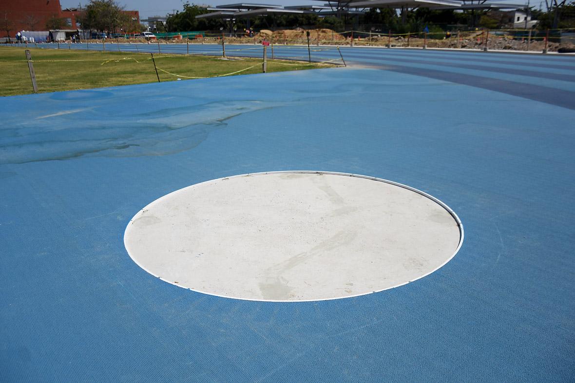 El estadio tiene tres círculos para lanzamiento de disco, bala y martillo.
