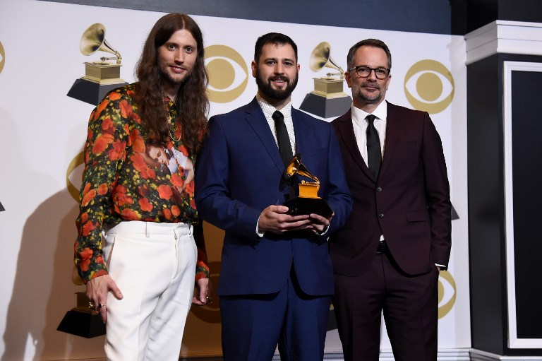 Ludwig Goransson, Mike Bozzi y Riley Mackin, ganadores de grabación del año por 'This is America'. Childish Gambino no asistió a la entrega.