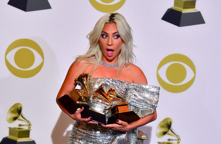 Lady Gaga posa con su premio a Mejor Interpretación Pop Solo con