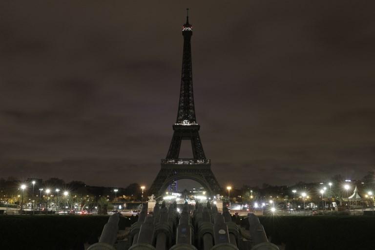 La Torre Eiffel permaneció a oscuras en honor de las víctimas.