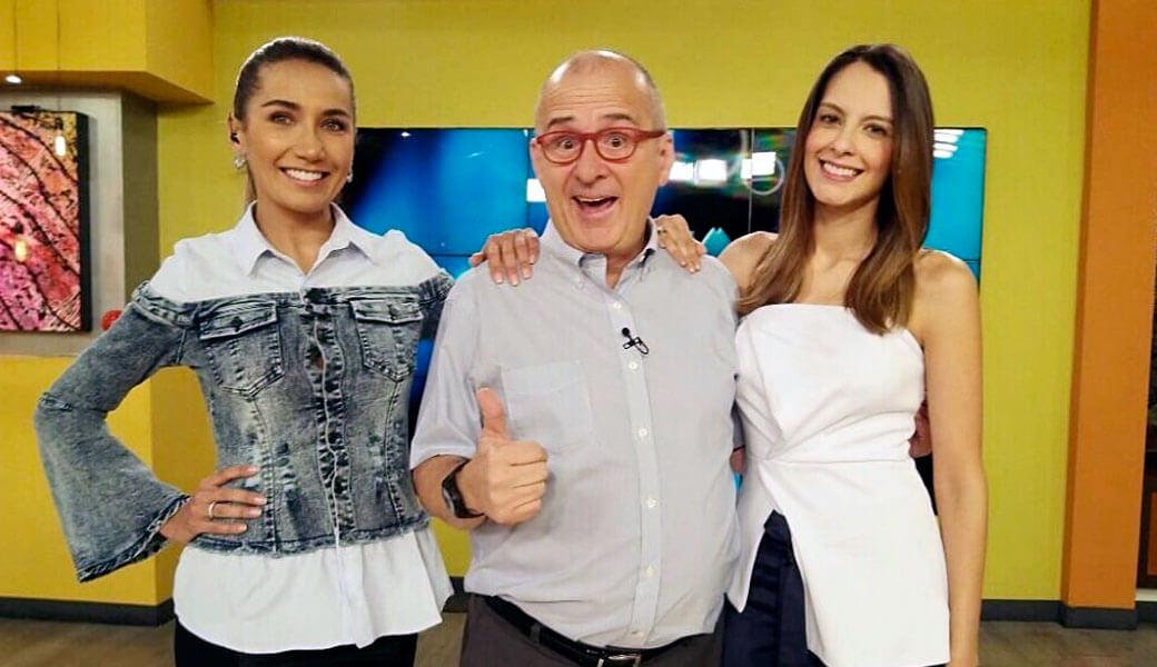 Jota Mario junto a las presentadoras Adriana Betancourt y Laura Acuña.