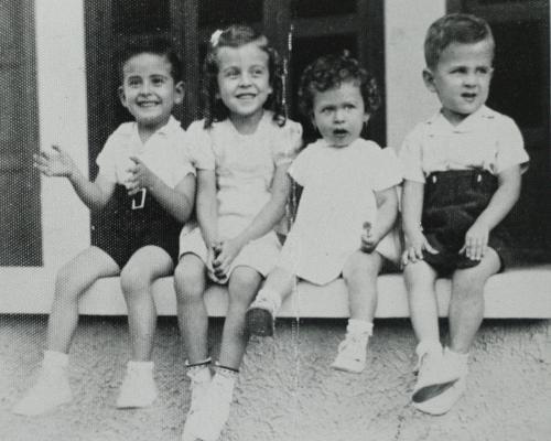 Galán (primero de derecha a izquierda) con tres de sus once hermanos, a los cuatro años de edad.