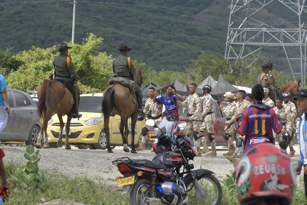 La policía tuvo que intervenir previo al encuentro pues se presentaron algunos disturbios entre hinchas.