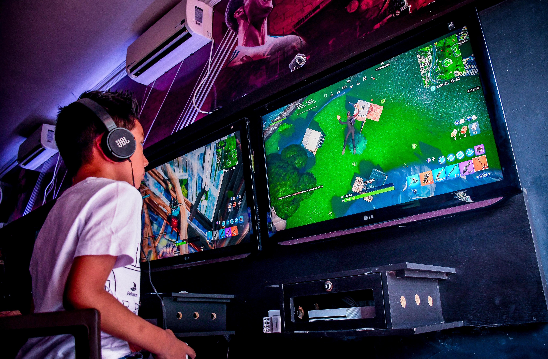 Jorge Quintero, después del colegio le gusta jugar Fortnite en compañía de su padre.