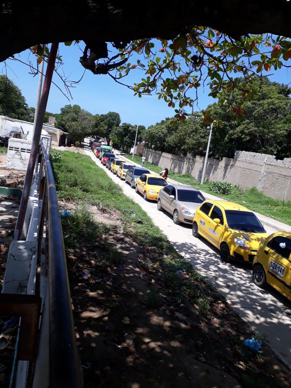 Largas filas de vehículos en Riohacha.