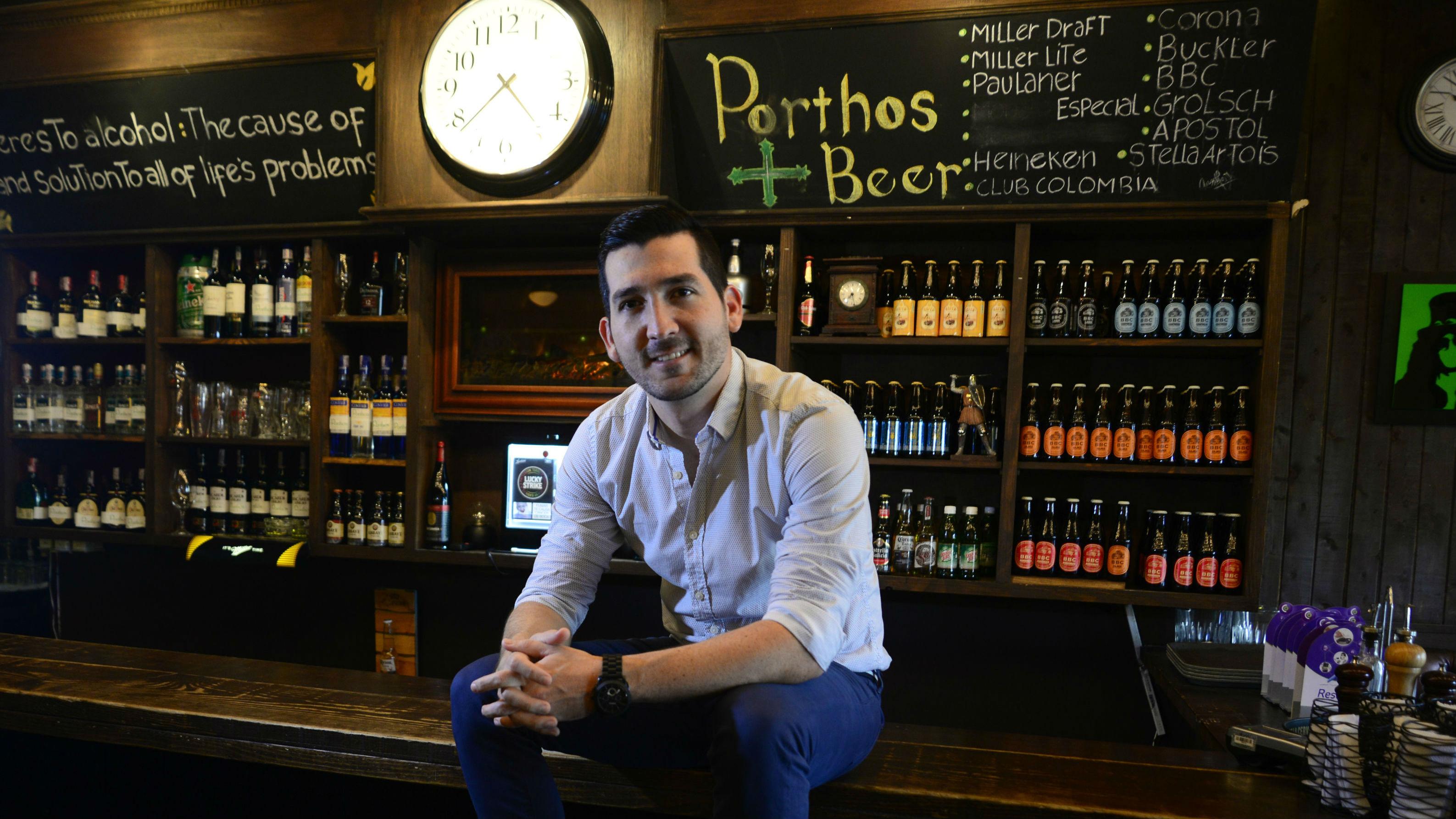 Giancarlo Pugliese en la barra de uno de los restaurantes.
