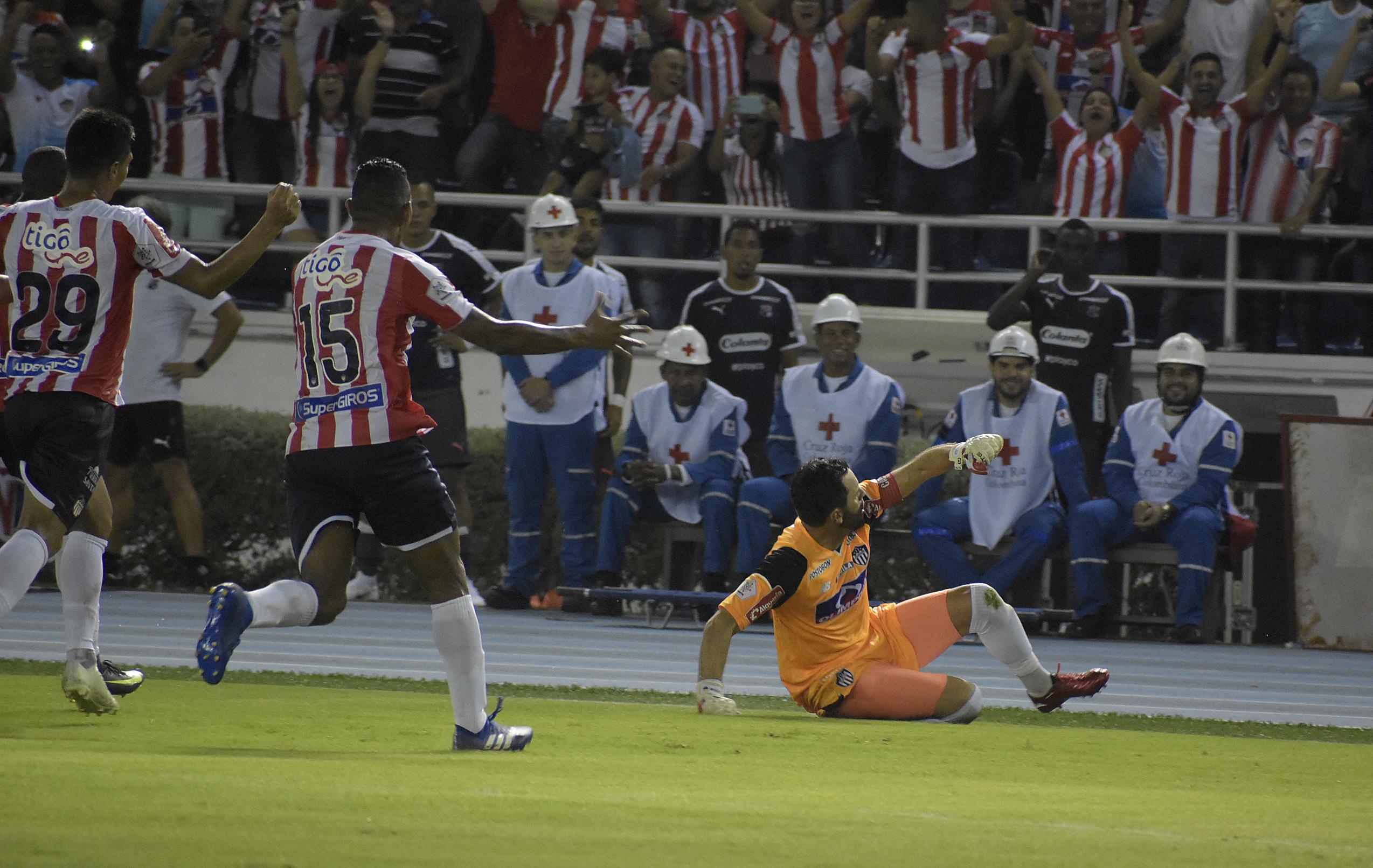 Parte del festejo eufórico de Sebastián Viera tras anotar el gol de tiro libre.