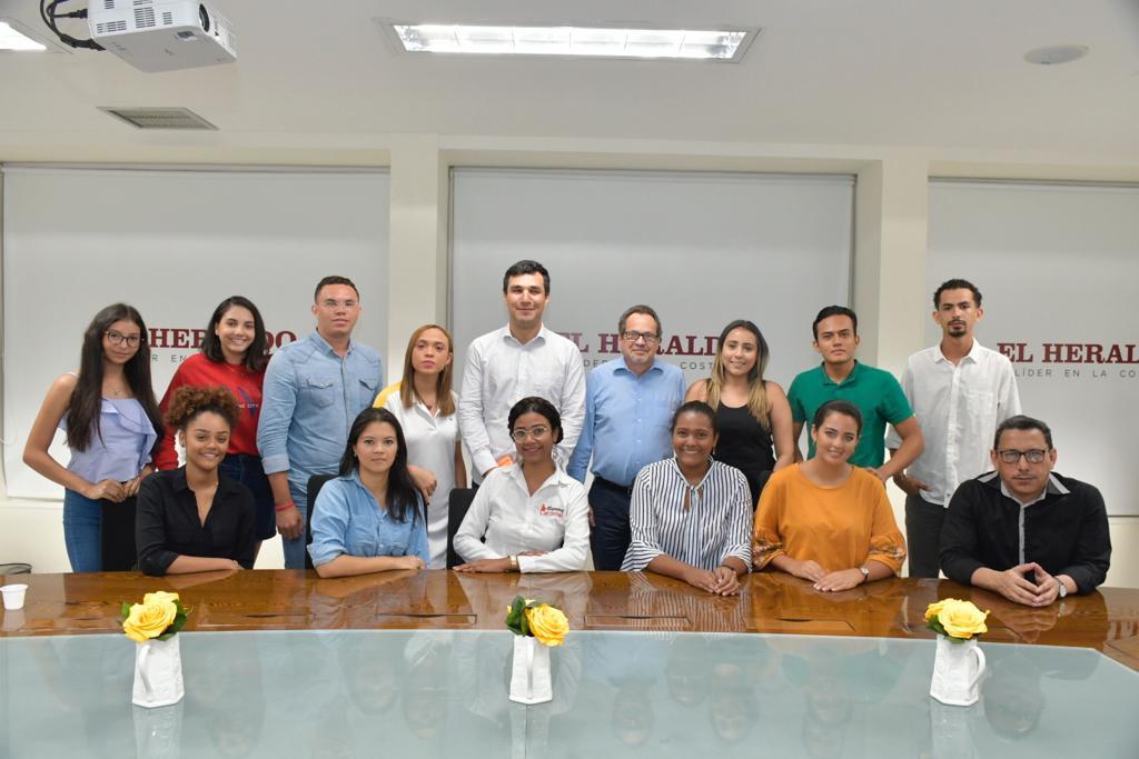 El director de EL HERALDO, Marco Schwartz, y el escritor y columnista Joaquín Mattos, con el grupo de estudiantes seleccionados.