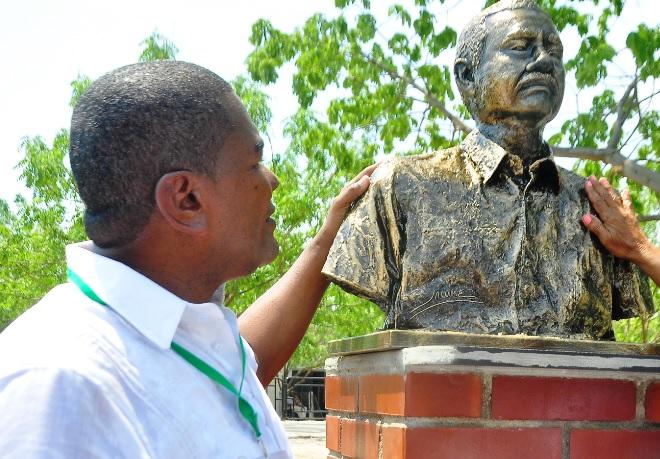 Argemiro Quiroz, líder del Consejo Comunal, observa el busto en honor a su padre.