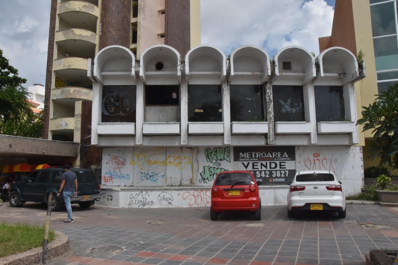 El edificio se encuentra abandonado.