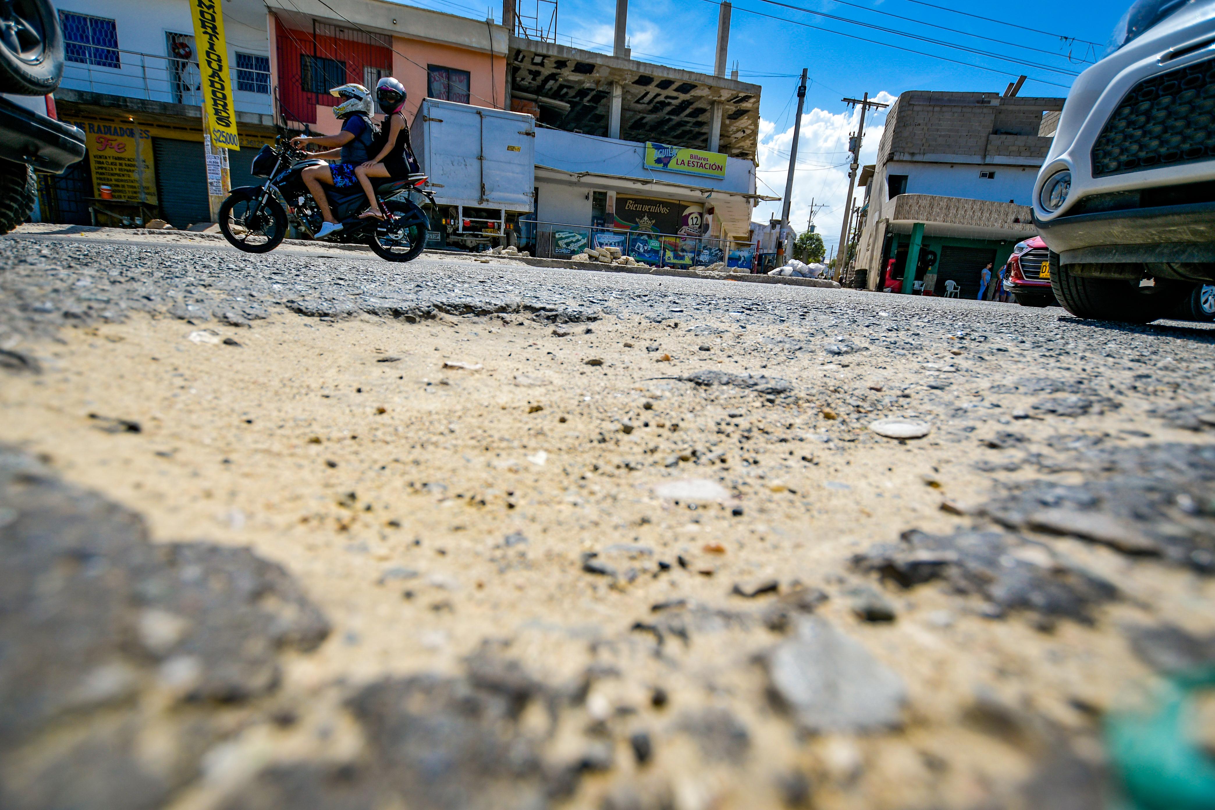 Un motociclista esquiva uno de los huecos.