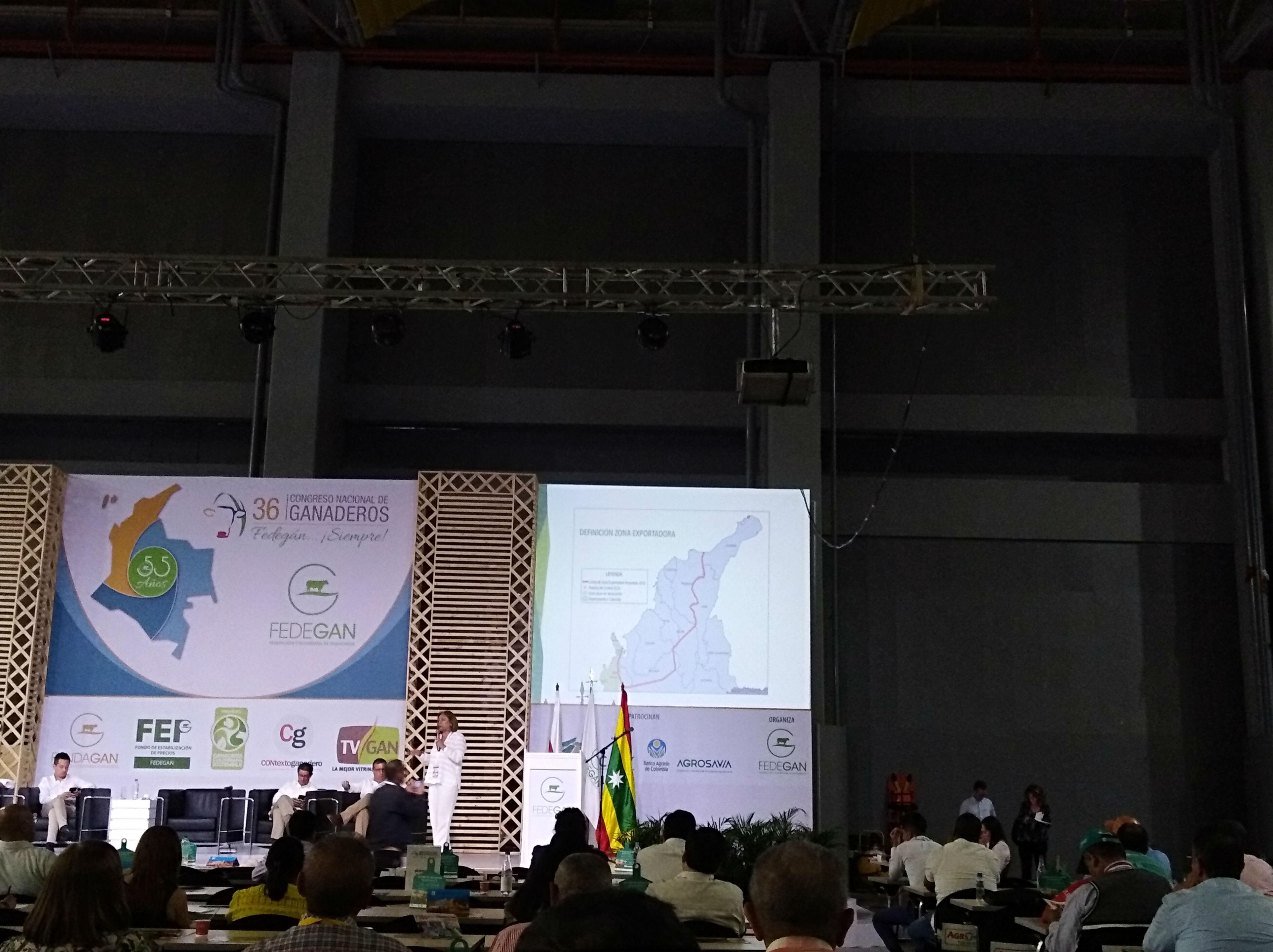Deyanira León, gerente general del ICA, durante su conferencia. Al fondo el mapa con la propuesta de zona exportadora bovina.