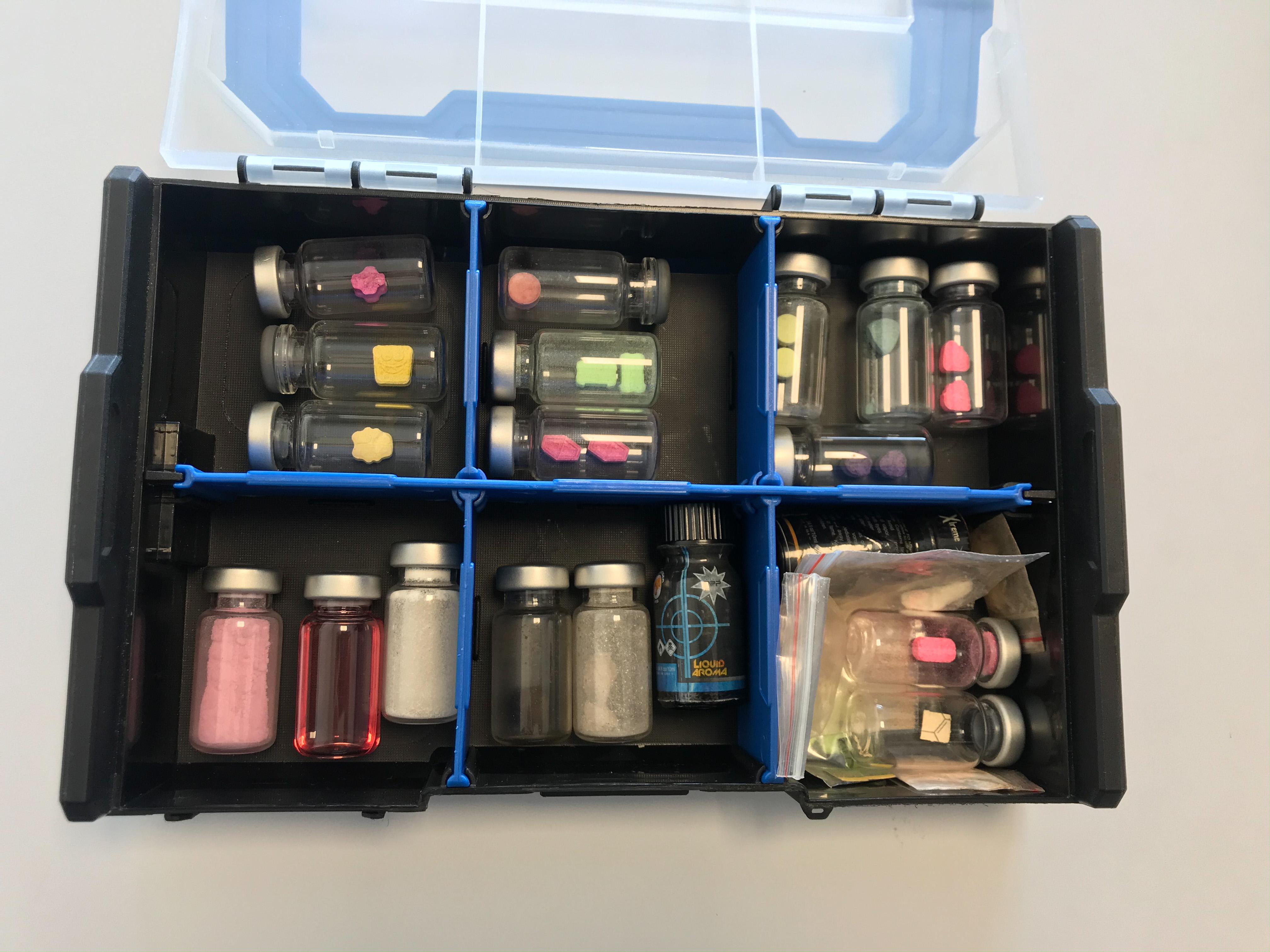 Vista de los envases de vidrio y bolsas que contienen pastillas sintéticas  y ketamina.