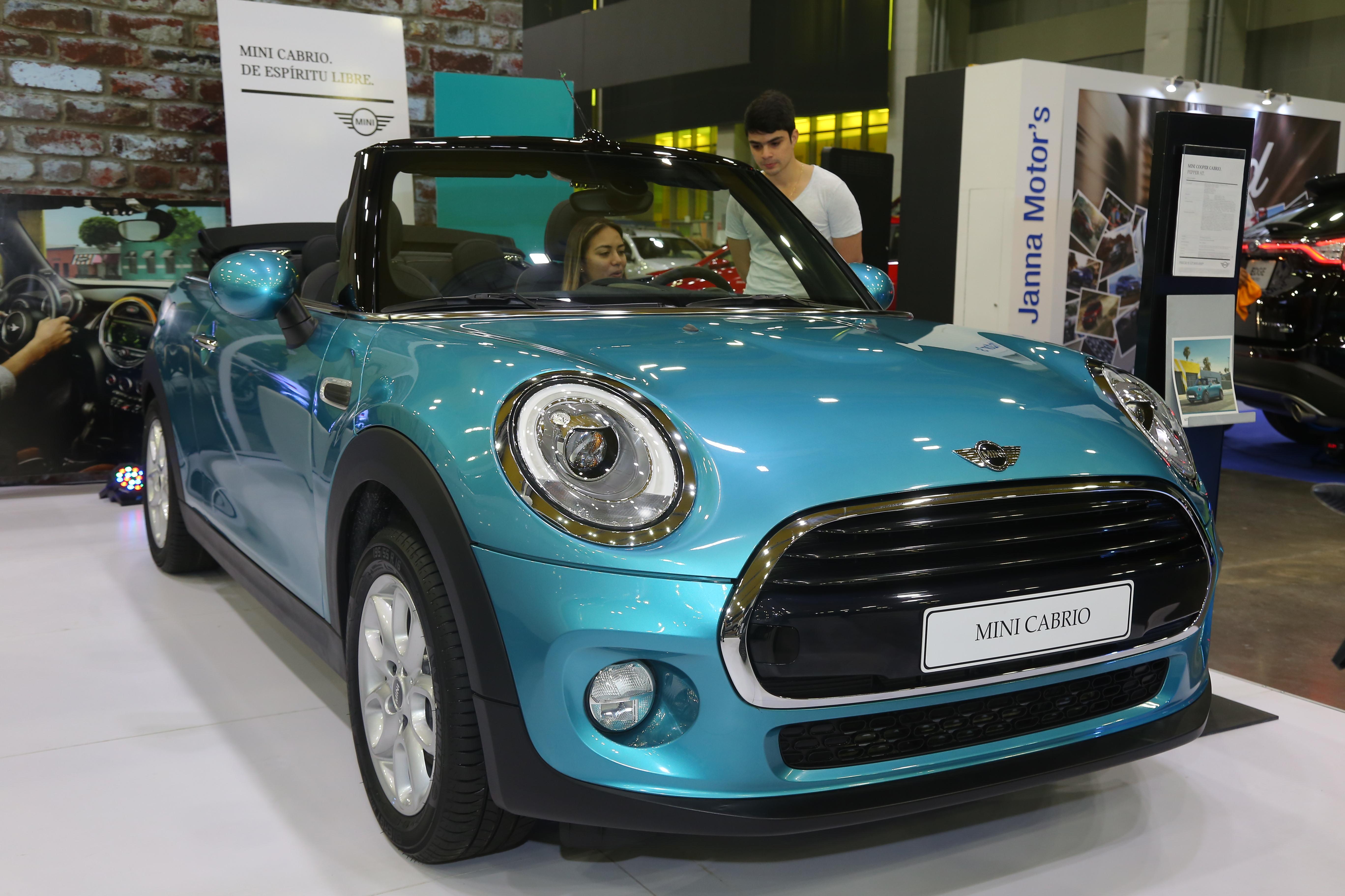 Visitantes observan el Mini Cooper Cabrio, vehículo de lujo exhibido en la Feria automotriz.