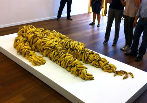 Obra de Jean-François Boclé hecha con bananos.