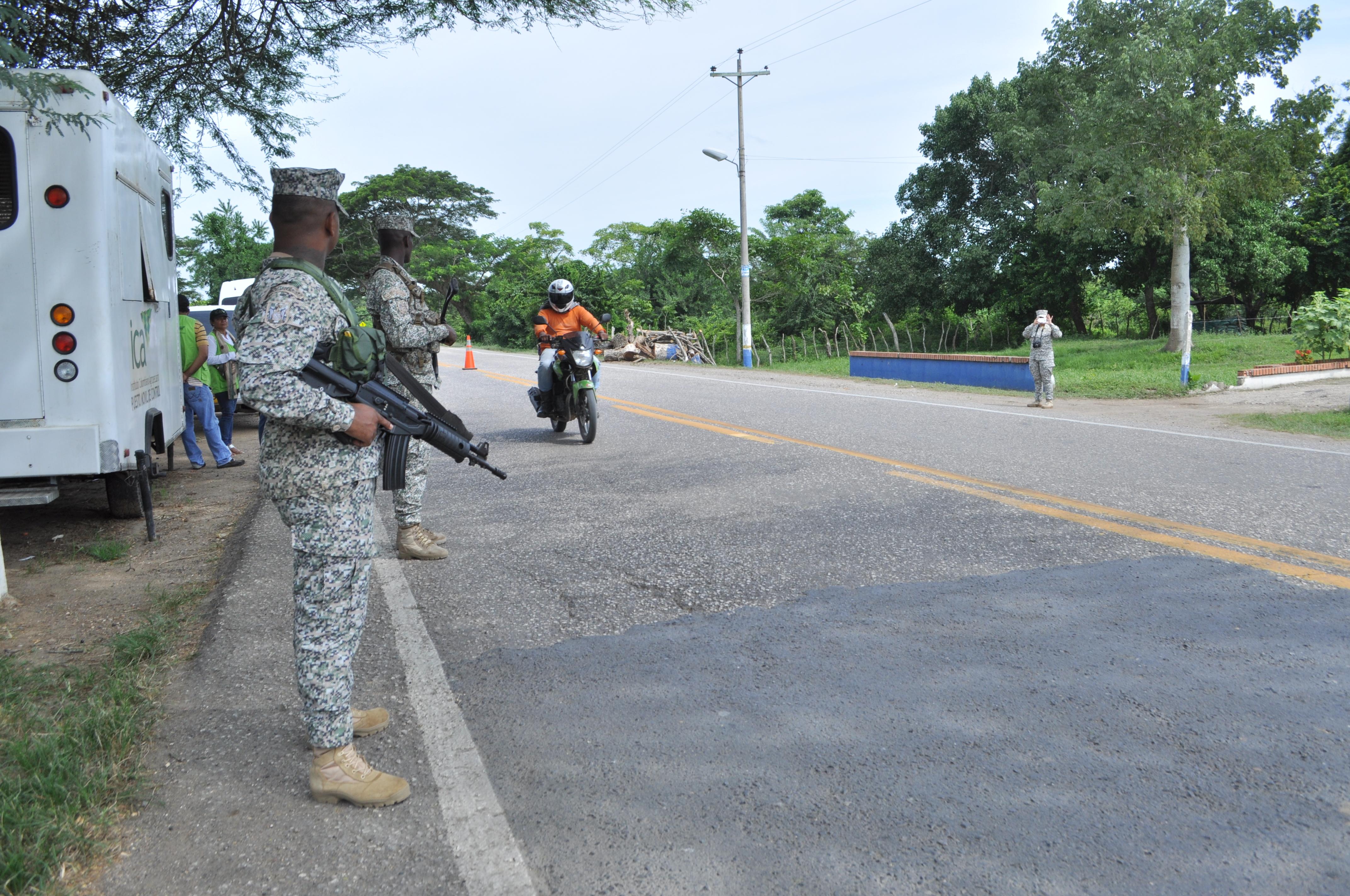 La presencia militar en las vías es permanente.