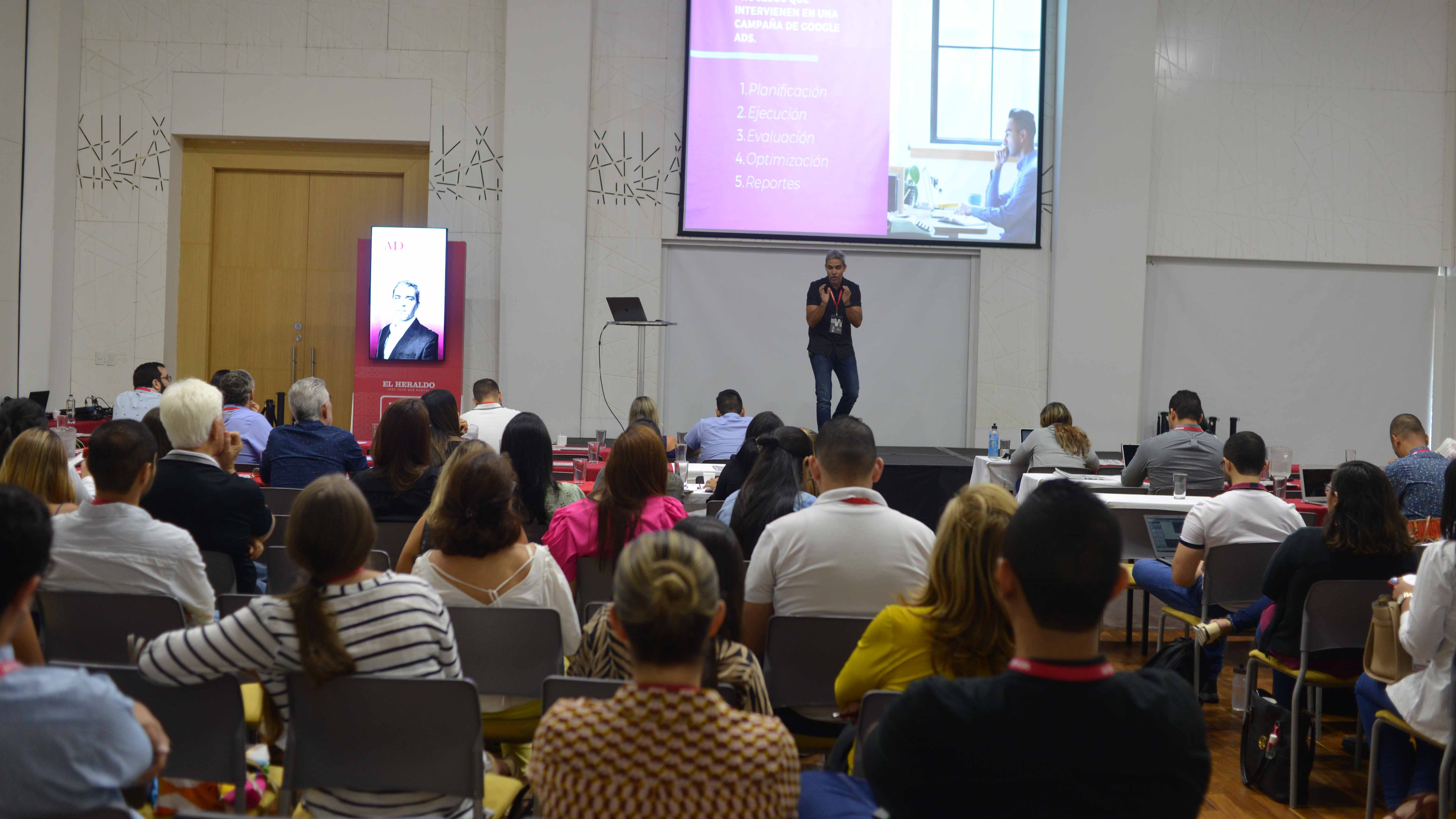 David De  Nubila durante una conferencia sobre marketing digital.