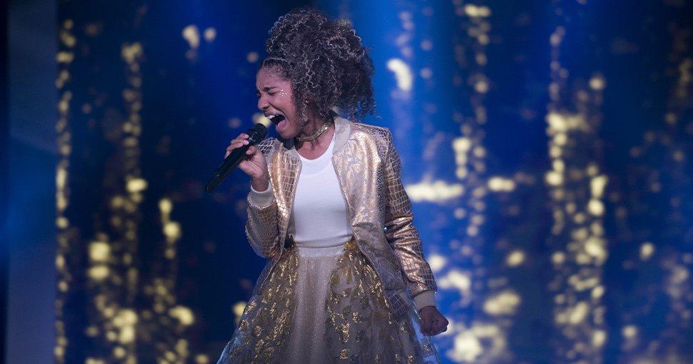 En uno de las presentaciones en vivo interpretó el tema 'Sola otra vez' escrita y compuesta por Eric Carmen. La versión en español está basada en una composición del ruso Serguéi Rajmaninov.
