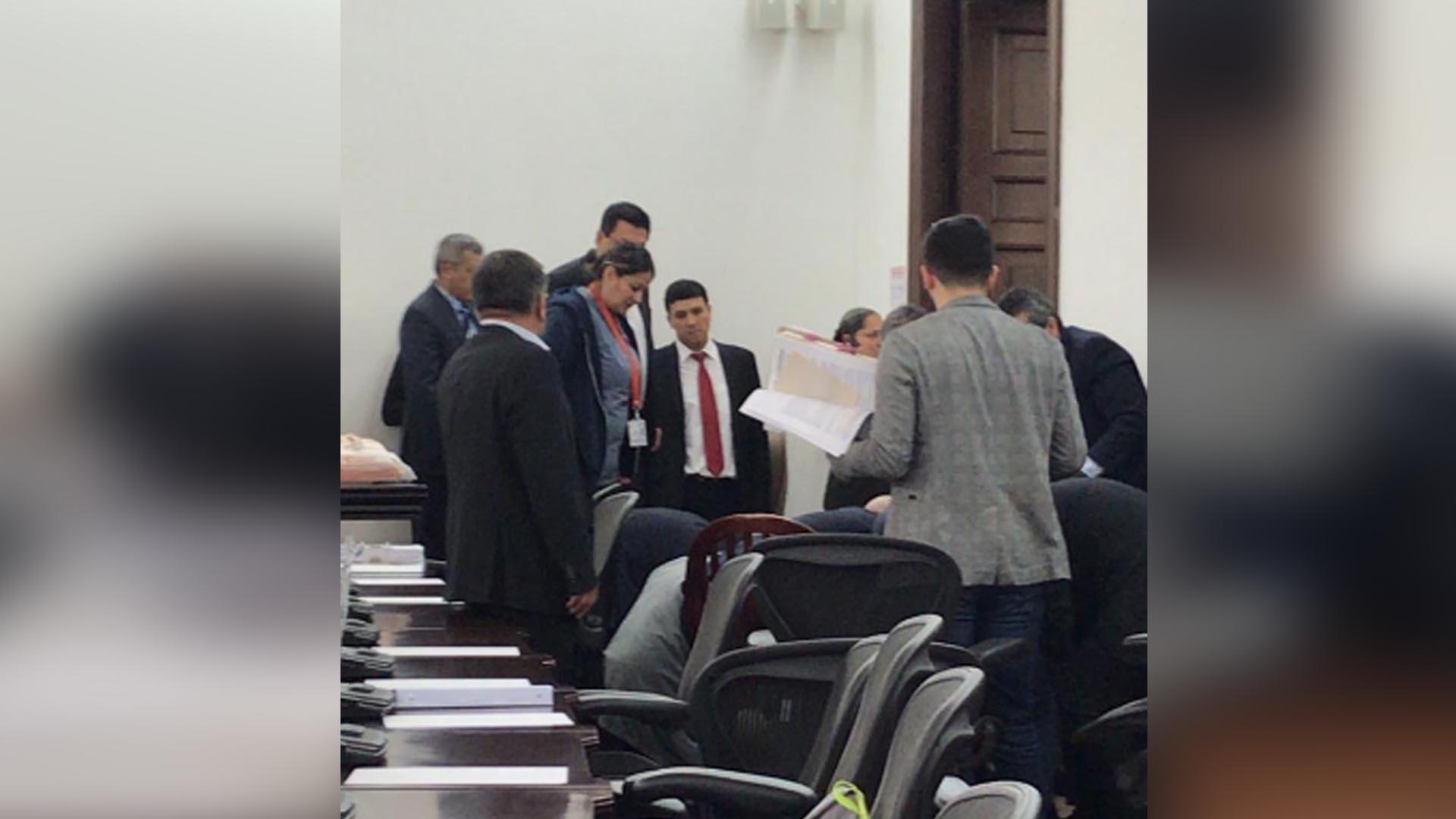 Momento en que el senador José Obdulio Gaviria es atendido por sus colegas tras desplomarme de manera repentina.