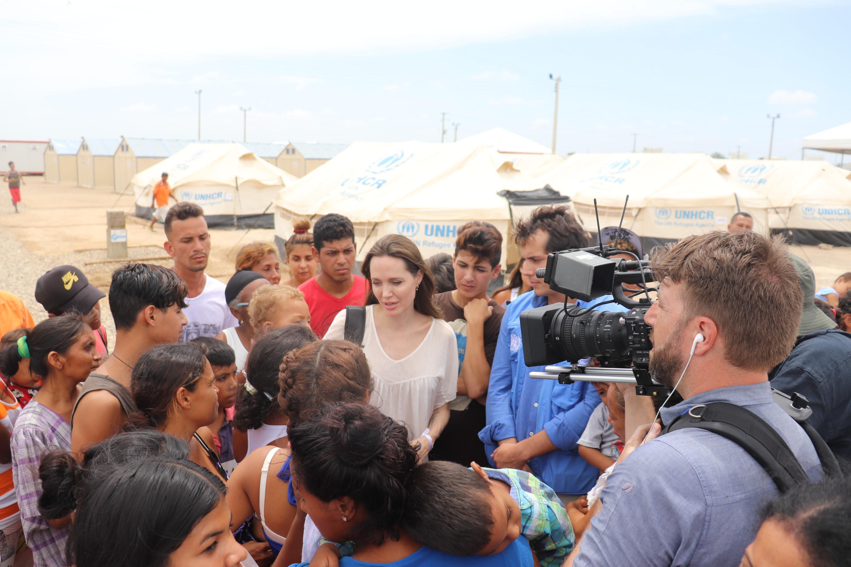La actriz Angelina Jolie, enviada especial de la ACNUR, a su arribo este sábado a Maicao, La Guajira.