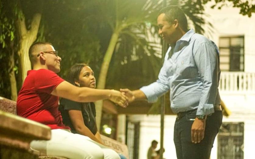 El alcalde José Ramiro Bermúdez saluda a dos ciudadanos en la Plaza Padilla.