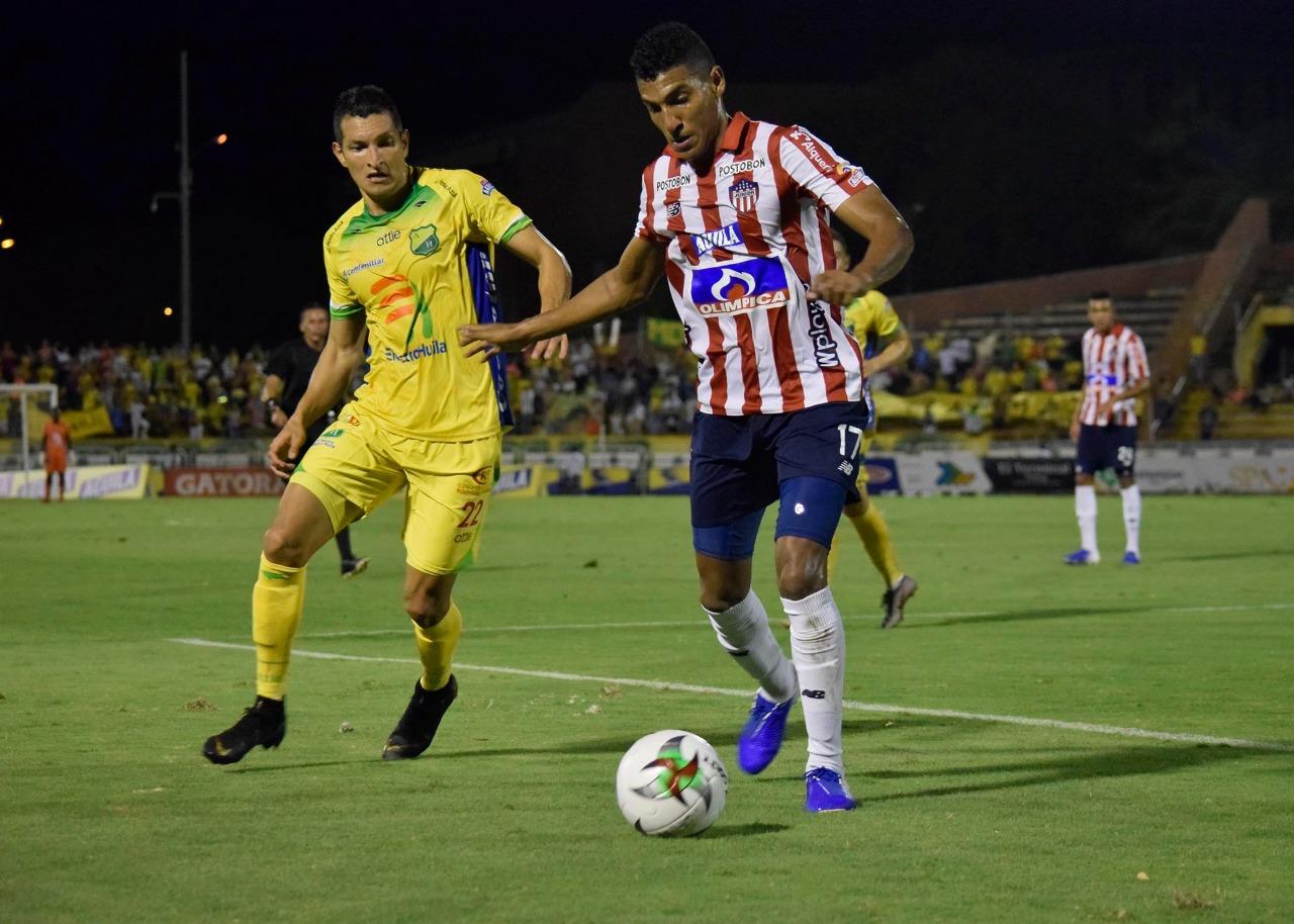 Gabriel Fuentes controla ante la marca de un rival.