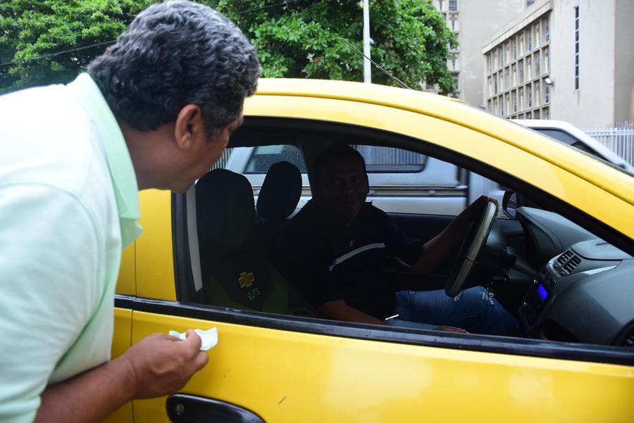 El taxista le dice al cliente que no puede hacer la carrera pues no tiene 'vuelto' para ese 'billetón'.