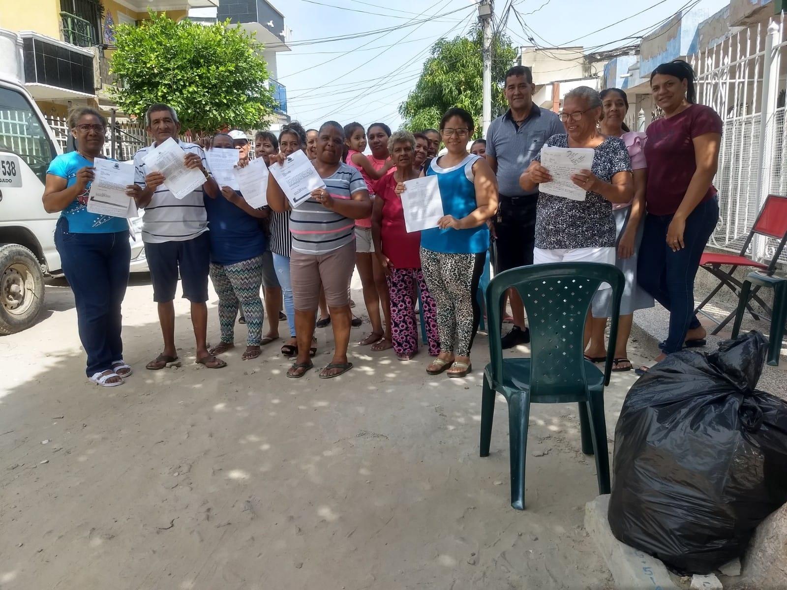 Vecinos muestran los documentos que han llevado pidiendo la intervención de las vías.
