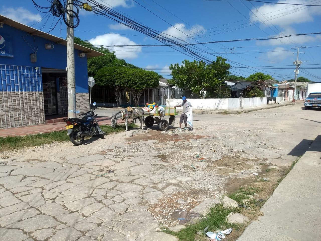 Vecinos denuncian que carromuleros llegan a tirar sus escombros en la calle.