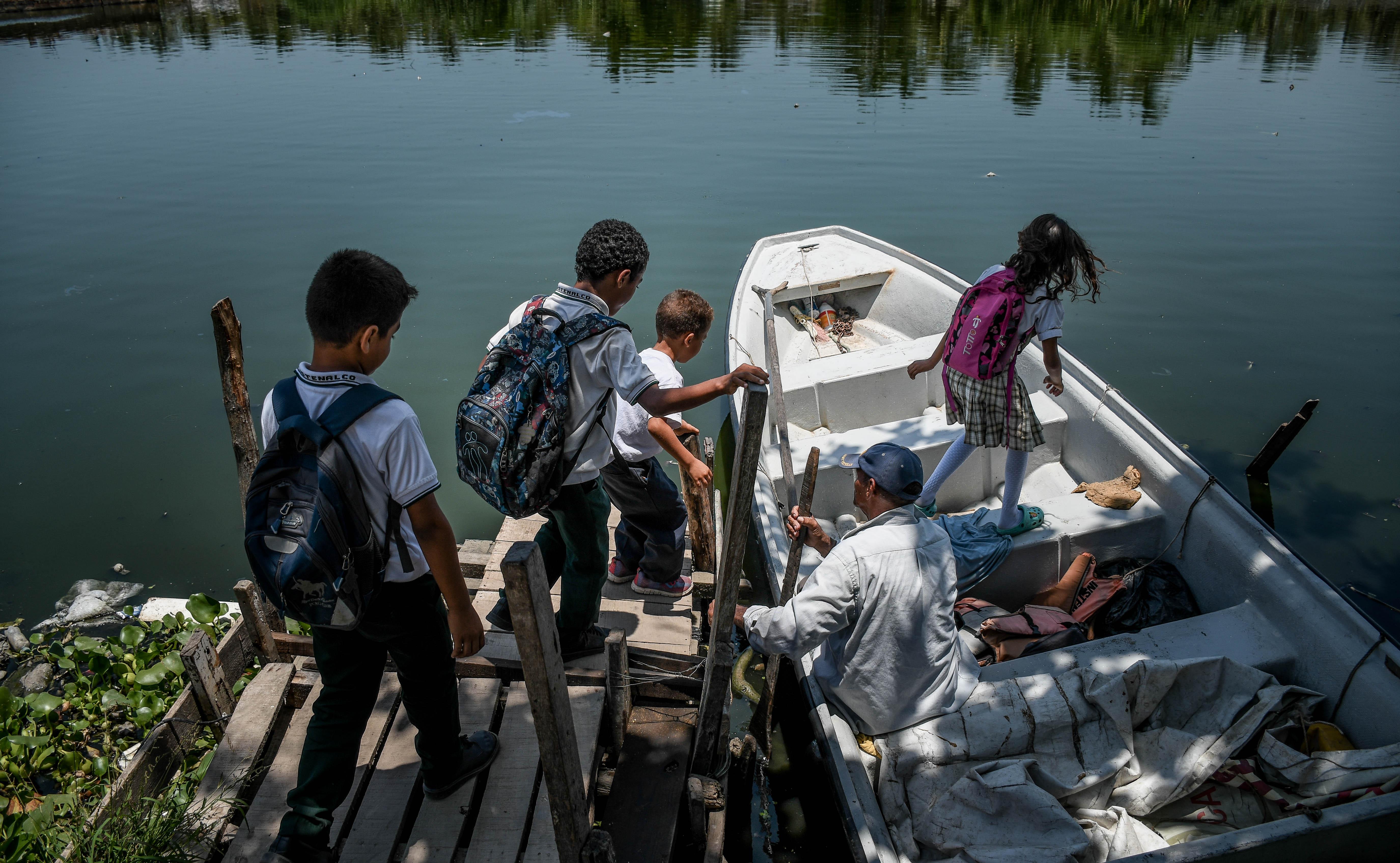 Estudiantes del Instenalco se disponen a regresar a sus hogares en la canoa de Gerardo Vizcaíno.