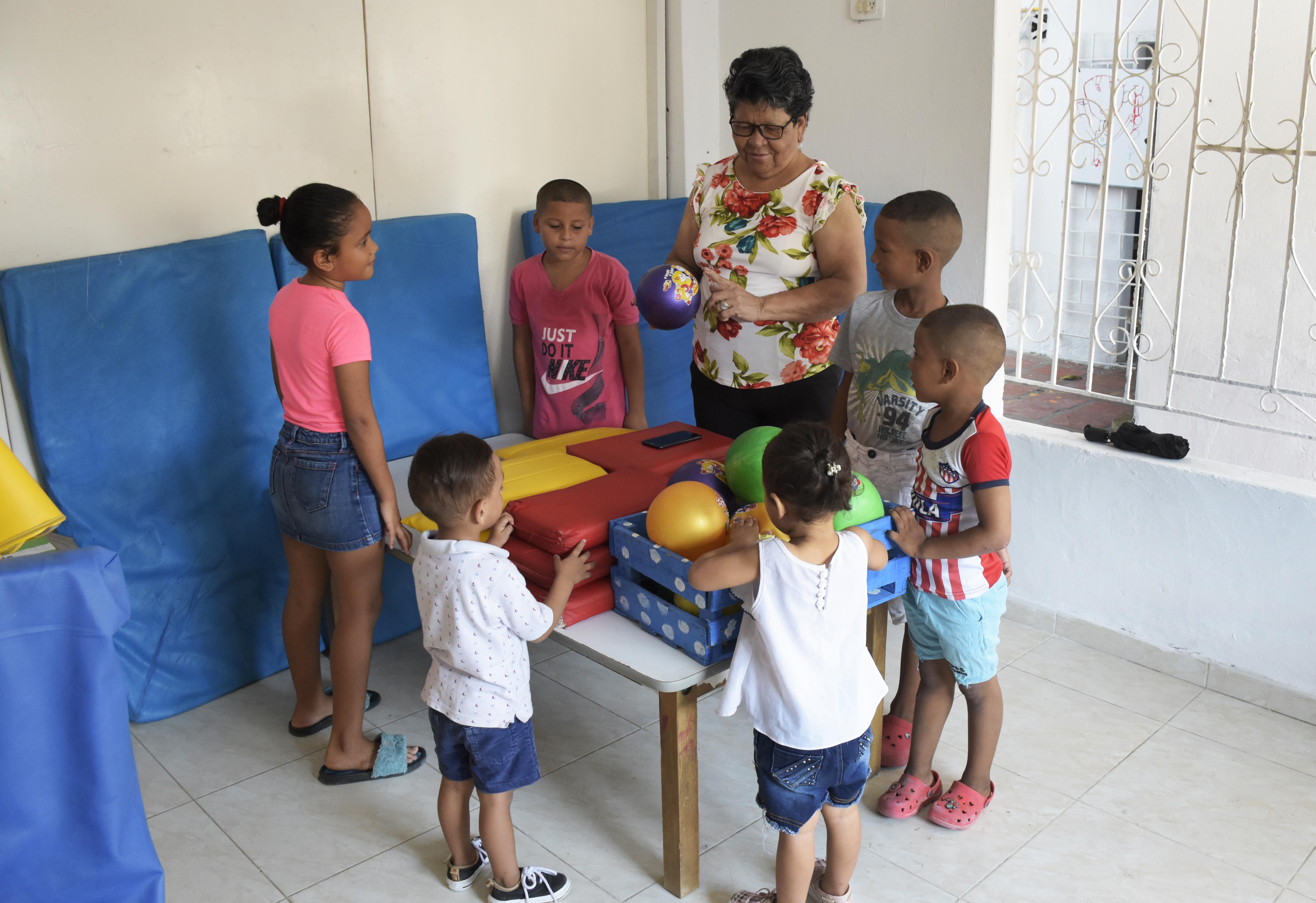 Josefa Gutiérrez habla con los niños de La Luz.