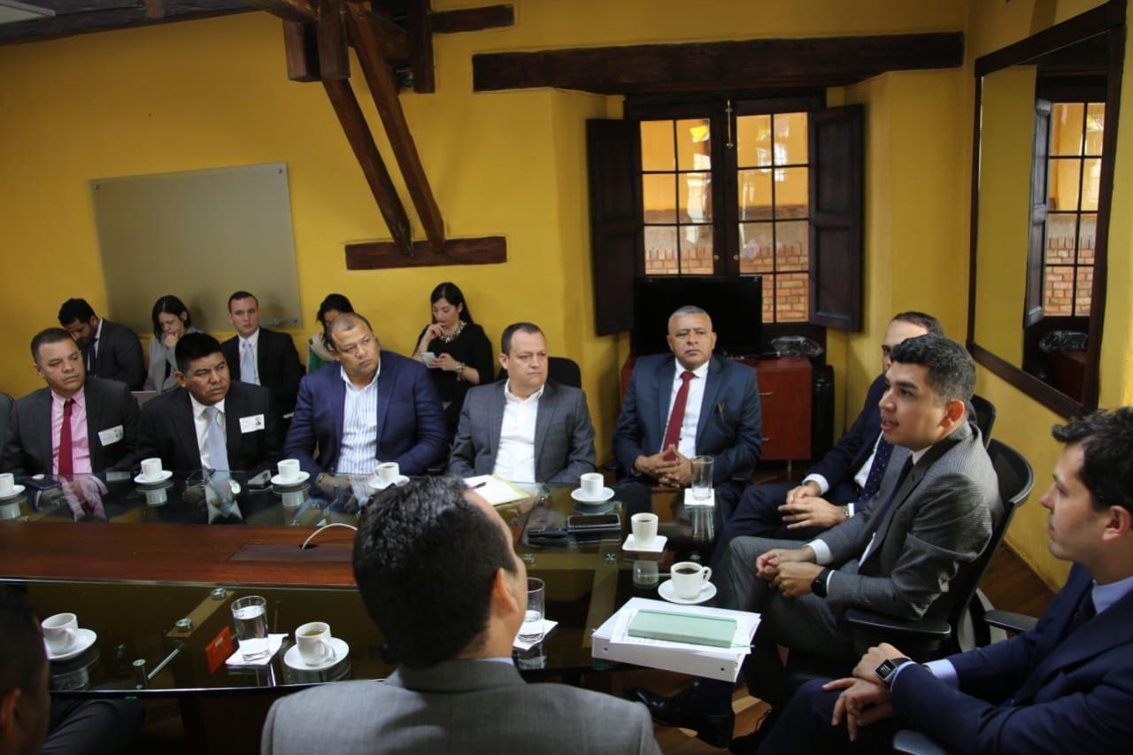 Los alcaldes y gobernador electos con el minvivienda
