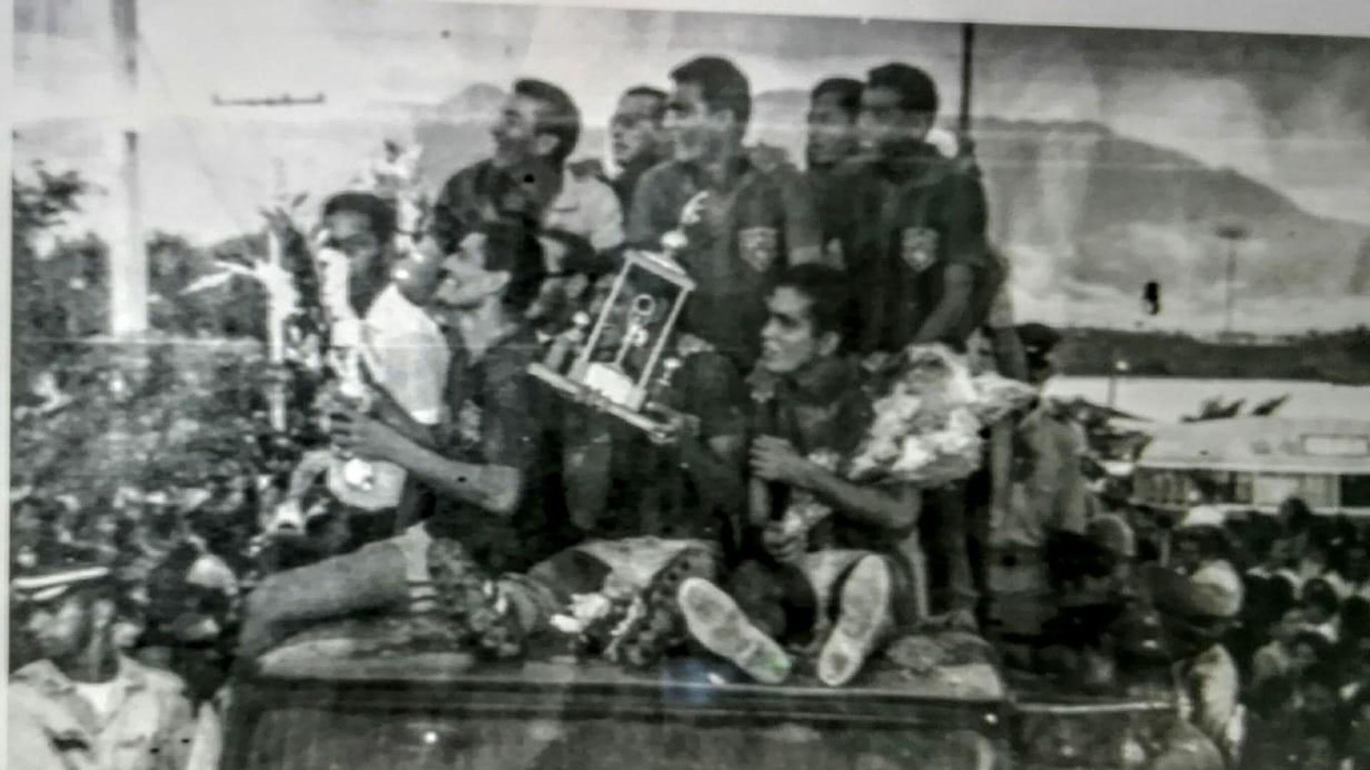 Jugadores del Unión en el carro de bomberos, celebrando el título por las calles.