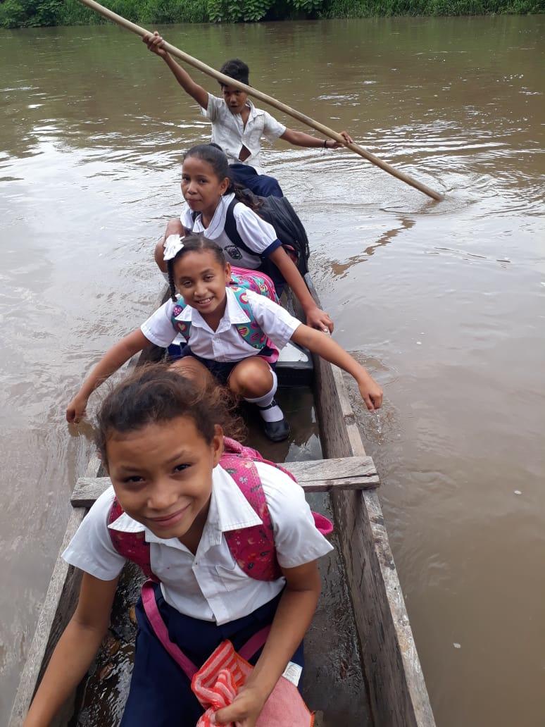 Tres de las estudiantes de Los Calabazos en la canoa.