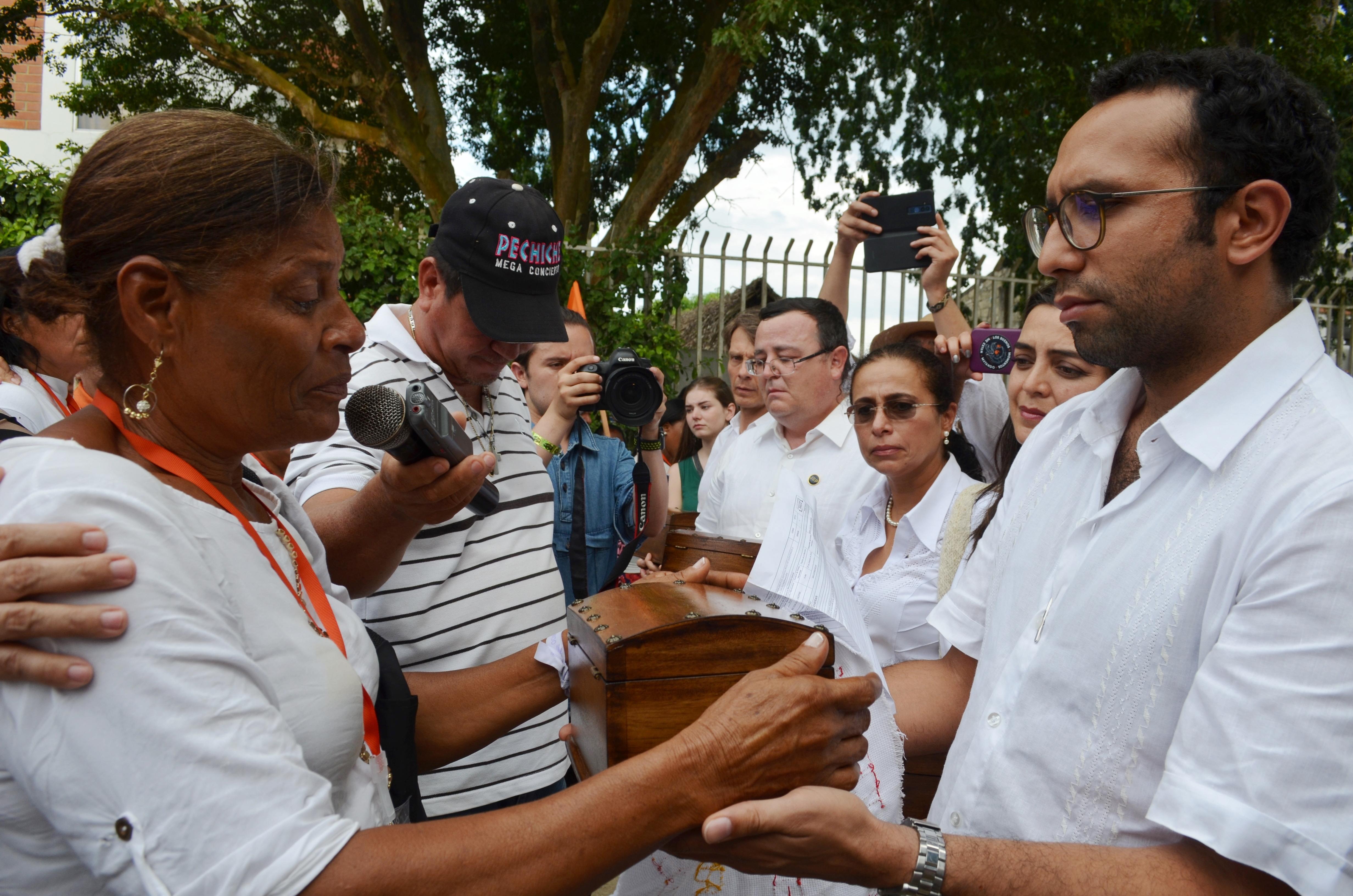 Luz Neyda Bertel entrega un cofre simbólico al magistrado Alejandro Ramelli.