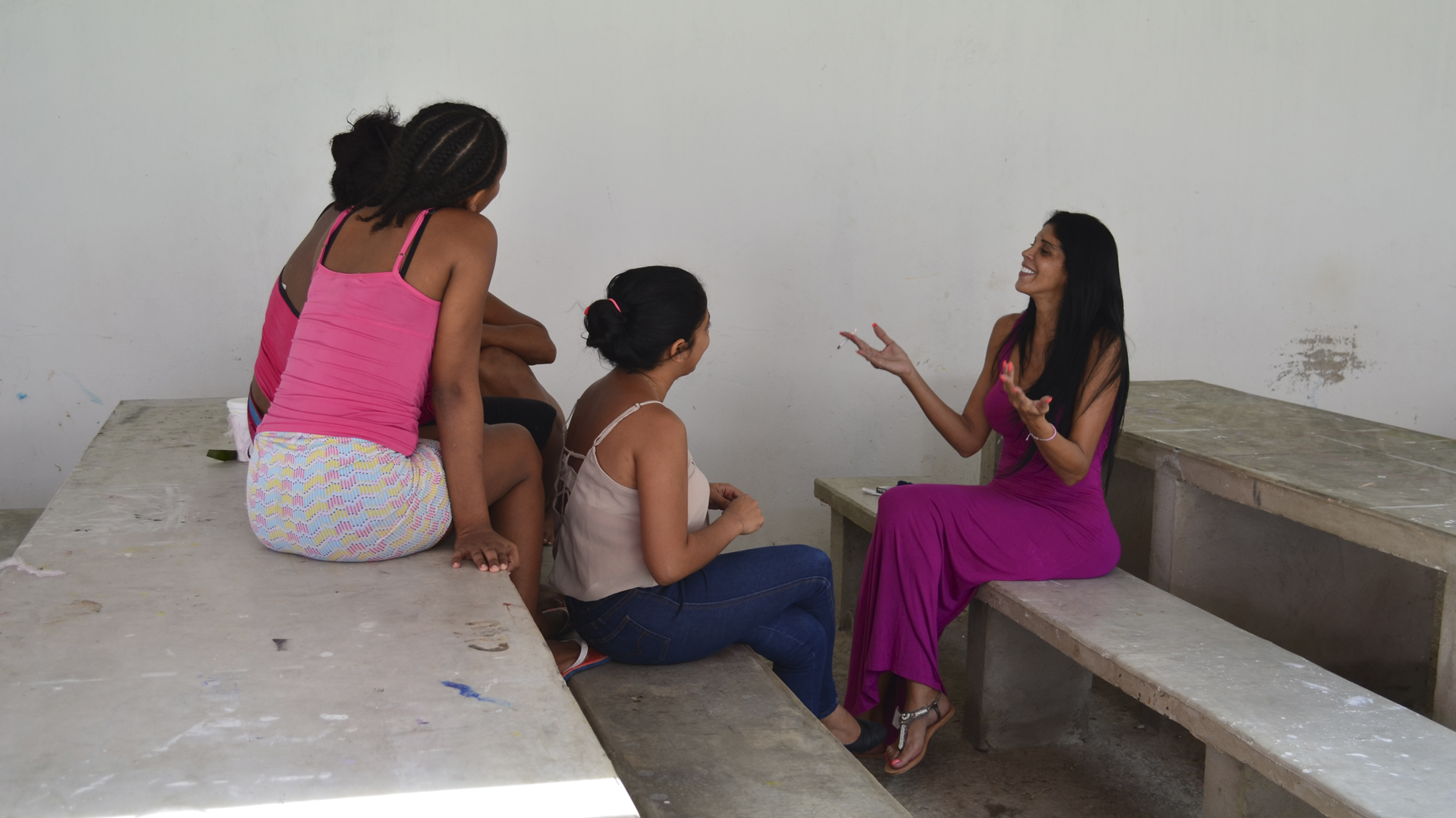 Liliana Campos gesticula ante la periodista Dálida Orozco (c) y dos reclusas.