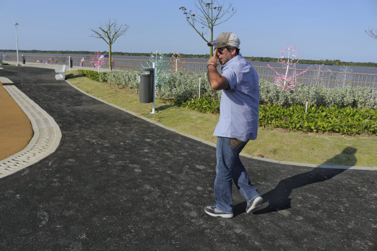 El alcalde Char muestra la zona verde del nuevo espacio que se abrirá para los visitantes.
