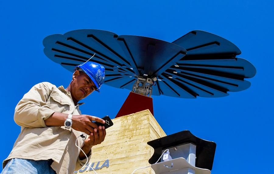 Un trabajador del Gran Malecón prueba uno de los puntos habilitados para cargar dispositivos móviles.