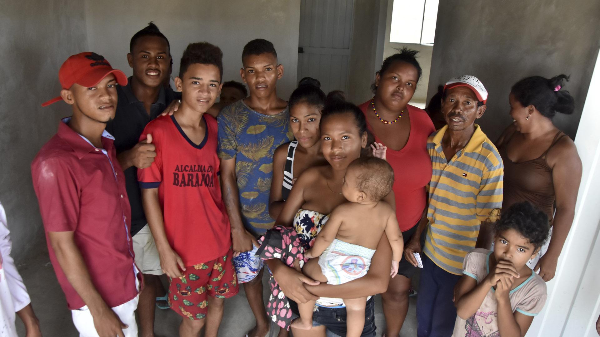 Una de las familias en el interior de una de las viviendas invadidas.