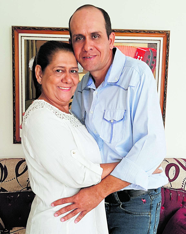 María Concepción Gámez acompañada de su hijo, el también cantante, Octavio Miguel Daza Gámez.