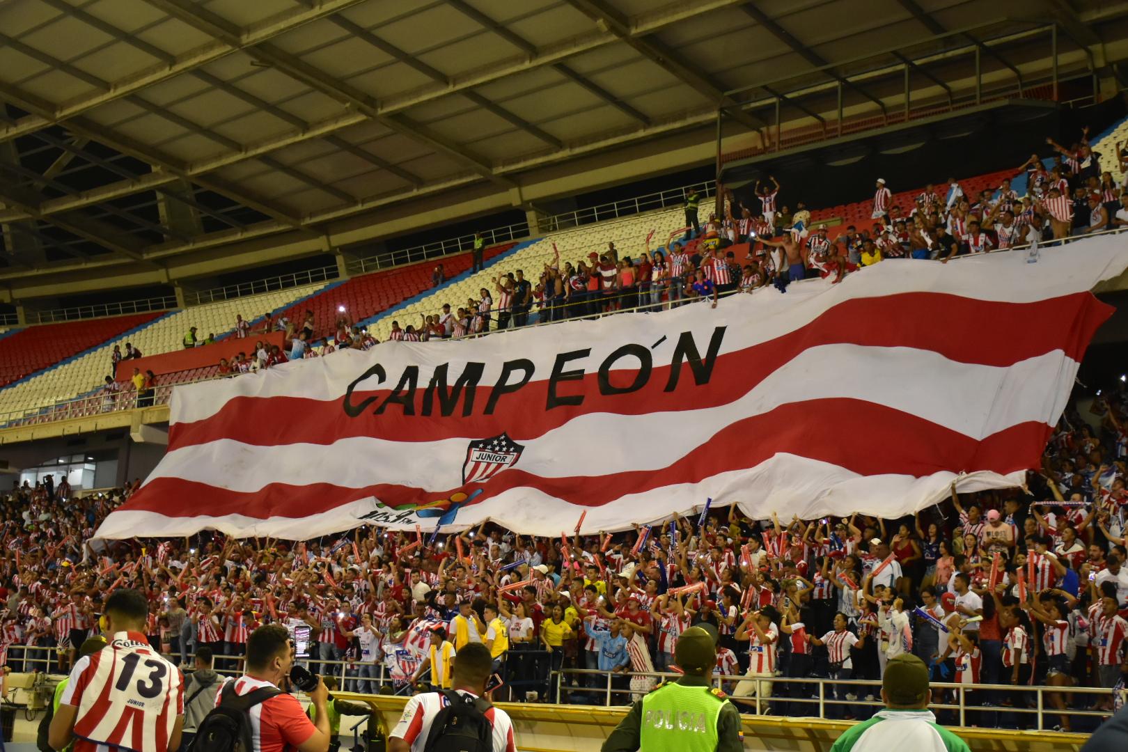 """Una bandera con la palabra """"campeón"""" fue desplegada en el Metropolitano."""