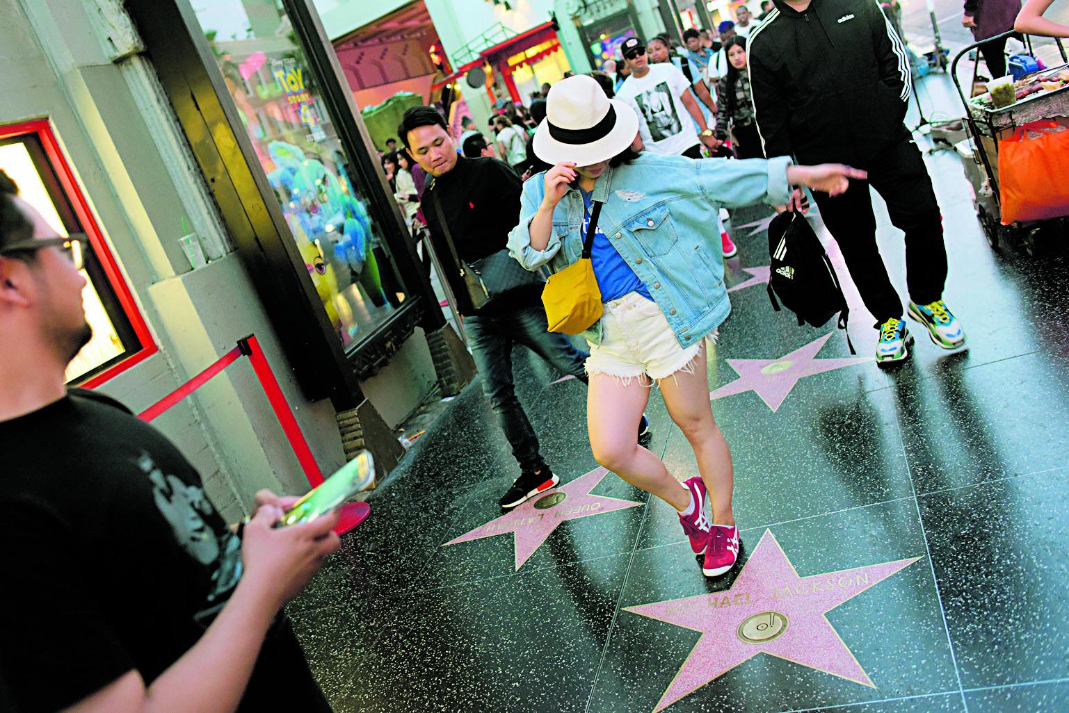 Una fanática baila sobre la estrella de Jackson.