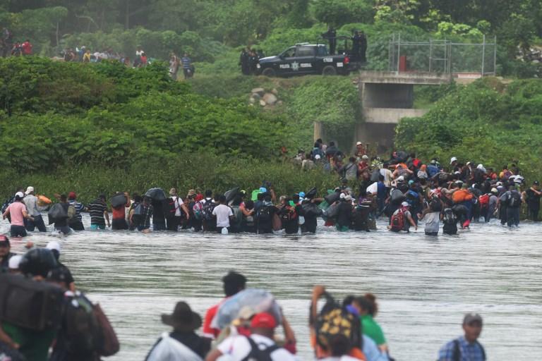 Migrantes centroamericanos cruzan el río en territorio mexicano hacia EEUU.